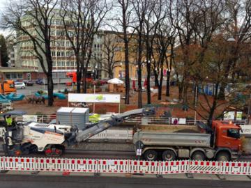 11月中旬の公園の木と道路工事の様子