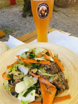 ドイツのビアガーデンで食する牛肉野菜炒め